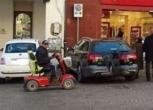 Auto del Sindaco di Velletri su posto disabili
