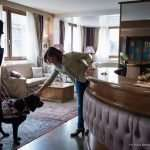 La receptionist dell'hotel Doriguzzi accoglie Laura Raffaeli e il suo cane guida Artù