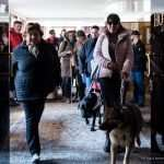 Il gruppo esce dall'albergo, guidato da Simona Zanella e il suo fedele cane guida Isa