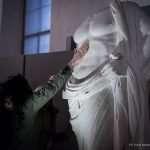 Laura mentre tocca il busto di Esculapio