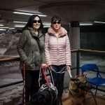 Laura e Simona, presidente e responsabile nazionale cani guida di Blindsight Project, con i loro cani guida, rispettivamente Artù e Isa, nell'area archeologica
