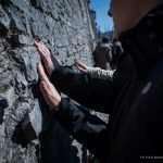 Mani toccano le mura della città vecchia di Feltre