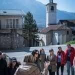 Il gruppo ascolta la guida della dott. Isabella Pilo, sullo sfondo la città di Feltre