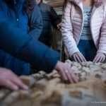 Il gruppo tocca il plastico che riproduce la città di Feltre
