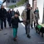 Il gruppo cammina per le strade di Feltre