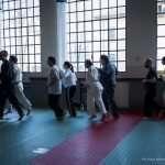 I ragazzi si riscaldano con una corsa in palestra prima della lezione di Judo