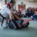Ilaria e l'insegnante di Judo durante il riscaldamento, provano l'esercizio della conchiglia