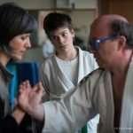 Fernando e Barbara provano eseguono un esercizio di Taji Quan davanti ad un giovane atleta curioso
