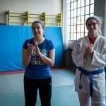 Ilaria e un atleta del Judo Club applaudono alla fine della dimostrazione