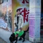 Roberto esce con il suo cane guida dalla palestra dopo la lezione di Judo