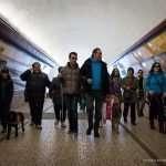 Il gruppo cammina nella galleria per arrivare al palaghiaccio