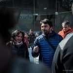 Il sindaco Paolo Perenzin parla fuori la pista da pattinaggio