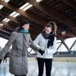 Lisa pattina sul ghiaccio accompagnata da una ragazza del pattinaggio artistico