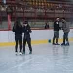Sulla pista: Tiziana pattina accompagnata da una ragazza del pattinaggio artistico e Francesco con un ragazzo della squadra di hockey