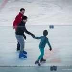 Roberto e suo figlio pattinano insieme seguiti da un ragazzo della squadra di hockey