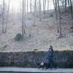 Tiziana e Claudio camminano verso l'hotel, accompagnati dal cane guida